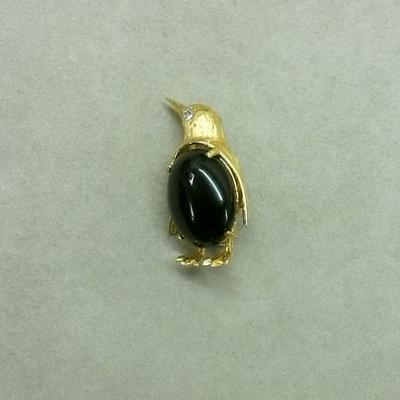 14KY Black Onyx Diamond Peguin Pin