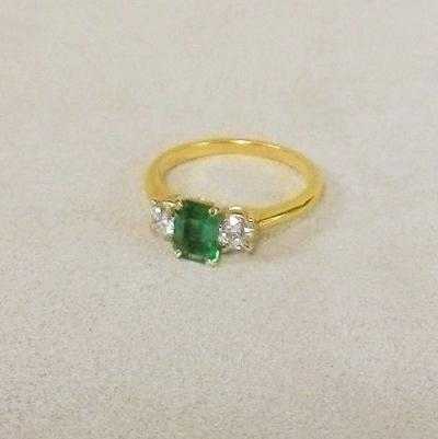 18KY Step-Cut Emerald w/ 2 side Diamonds